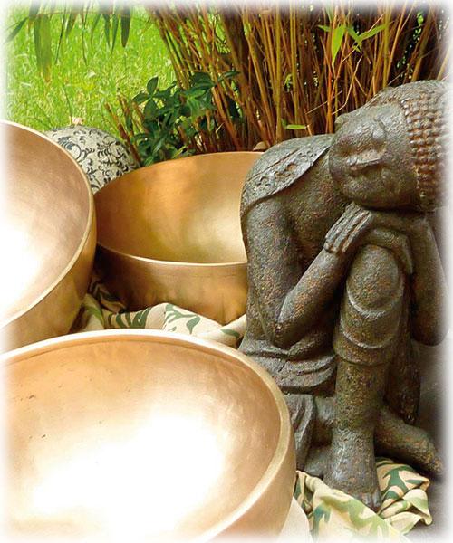 Klangschalen mit Buddha Stilleben