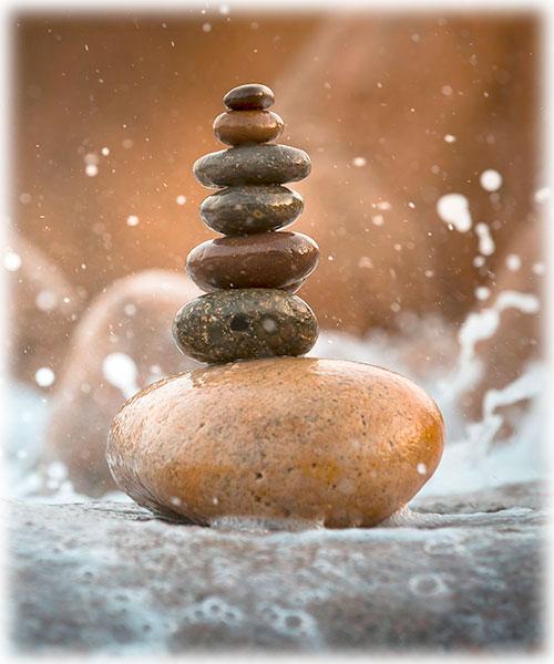 entspannende Szene mit aufeinandergetürmten Steinen und Wasser